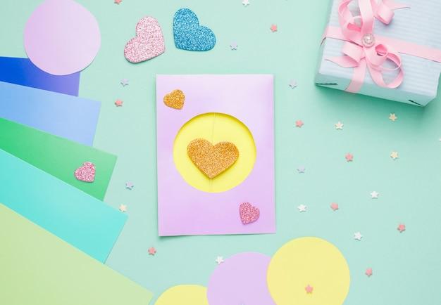 Bovenaanzicht op diy-kaart stap voor stap met hartvormen