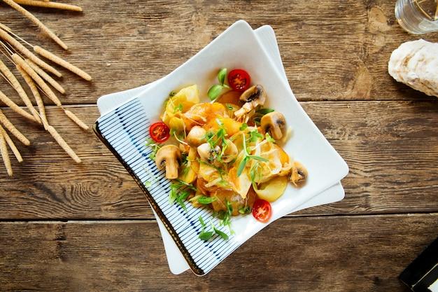 Bovenaanzicht op gebakken aardappelen met champignons greens