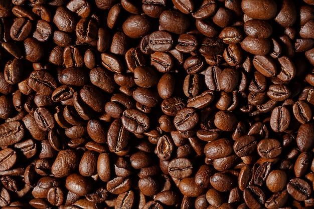 Bovenaanzicht op gebrande koffiebonen