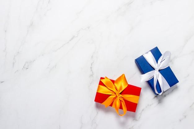 Bovenaanzicht op geschenkdozen op een marmeren achtergrond