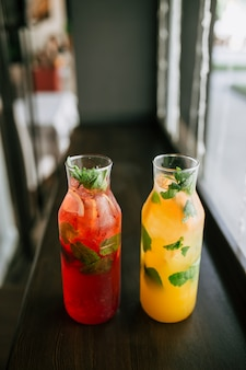 Bovenaanzicht op glazen potten met vers fruit limonade