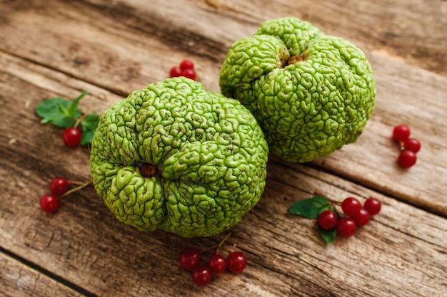Bovenaanzicht op groen exotisch fruit met rode bessen