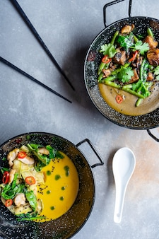Bovenaanzicht op groene en gele curry