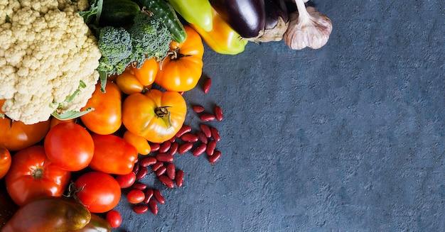 Bovenaanzicht op groenten op een donkere achtergrond met een kopie ruimte. oogst concept
