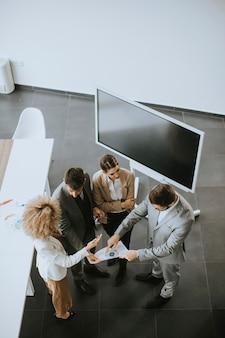 Bovenaanzicht op groep multi-etnische zakenmensen die samenwerken op kantoor