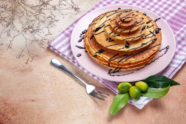 Bovenaanzicht op heerlijke pannenkoeken met diverse ingrediënten