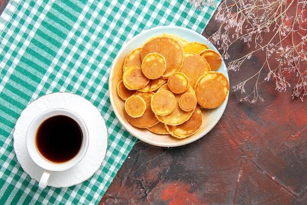 Bovenaanzicht op heerlijke pannenkoeken met koffie