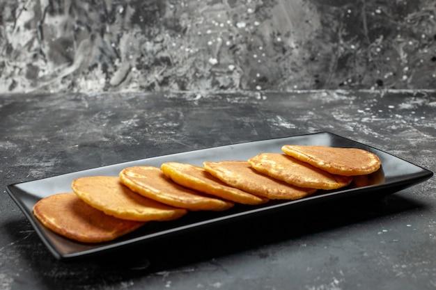 Bovenaanzicht op heerlijke pannenkoeken op bord