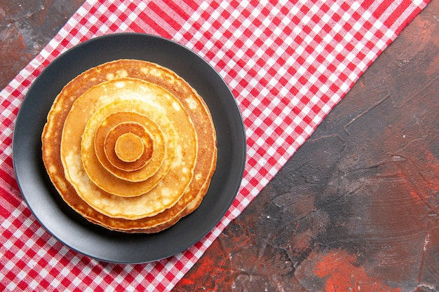 Bovenaanzicht op heerlijke pannenkoeken op een bord