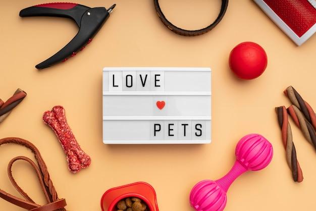 Bovenaanzicht op het stillevenconcept van huisdieraccessoires met de tekst van liefdehuisdieren