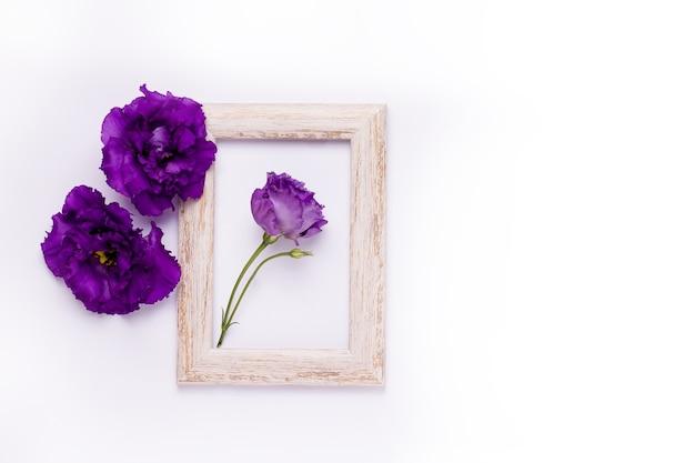 Bovenaanzicht op houten frame met paarse bloemen