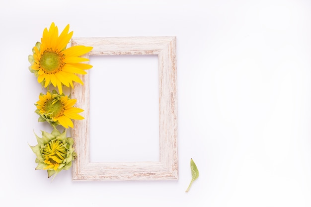 Bovenaanzicht op houten frame met zonnebloem