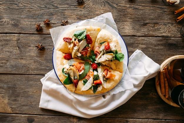Bovenaanzicht op italiaanse pizza met zalm artisjok