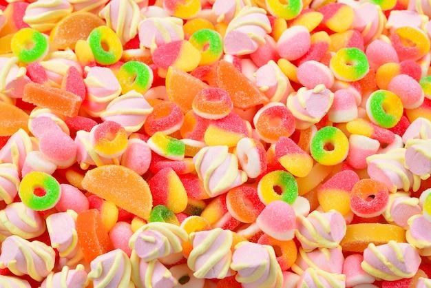 Bovenaanzicht op kleurrijke geassorteerde gummy snoepjes