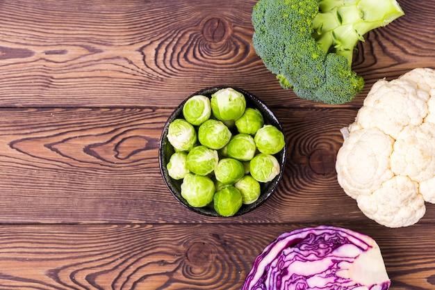 Bovenaanzicht op kool, broccoli, bloemkool, spruitjes en rode kool