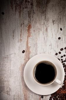 Bovenaanzicht op kopje koffie over grunge houten bacgkround