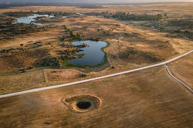Bovenaanzicht op landschap van veld in de buurt met meer
