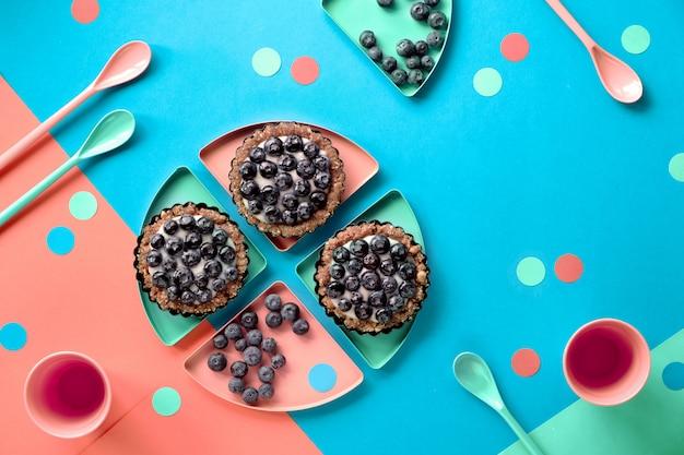 Bovenaanzicht op mini bosbessenvla taarten voor verjaardagsfeestje voor kinderen