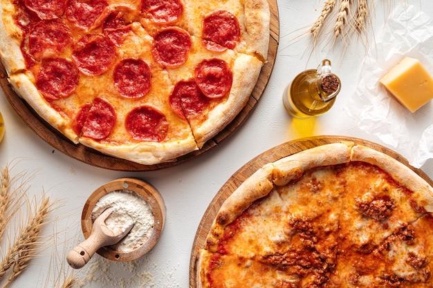 Bovenaanzicht op pizza's met gehakt en pepperoni