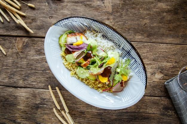 Bovenaanzicht op poke schotel met unagi paling met rijst