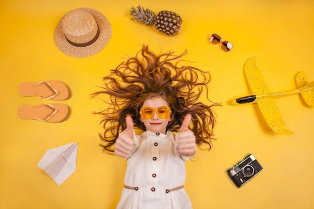 Bovenaanzicht op reiziger meisje, verzameling van vrijetijdsartikelen, concept van reizen naar het buitenland