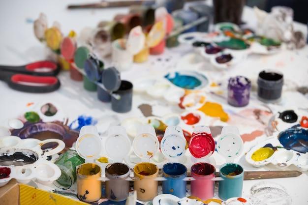 Bovenaanzicht op schilderij set penselen verven aquarel acrylverf op een witte achtergrond
