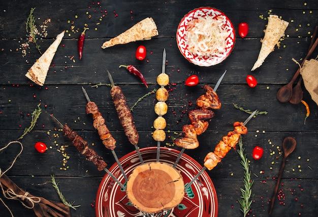 Bovenaanzicht op shashlyk spiesen kebab