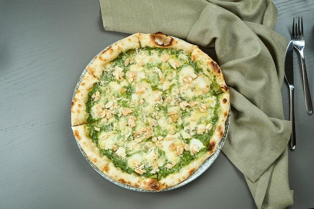 Bovenaanzicht op smakelijke 4 kaas pizza met peer op houten tafel in een restaurant. italiaanse keuken.