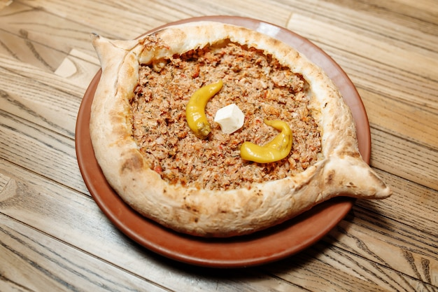 Bovenaanzicht op smakelijke traditionele adjarian khachapuri