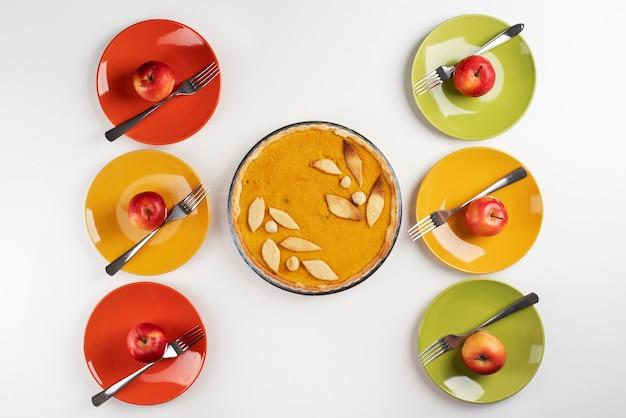 Bovenaanzicht op tafel vol met verschillende soorten voedsel