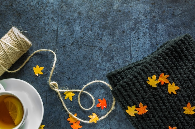 Bovenaanzicht op thee met citroen en sjaal