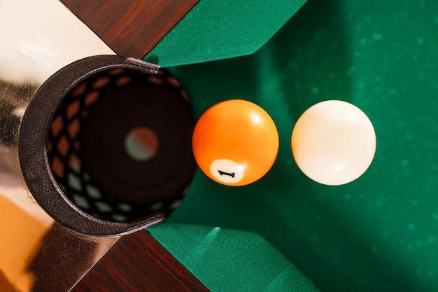 Bovenaanzicht op twee biljartballen.