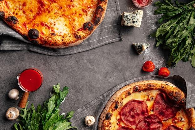 Bovenaanzicht op twee vers gebakken napolitaanse pizza's met kopie ruimte