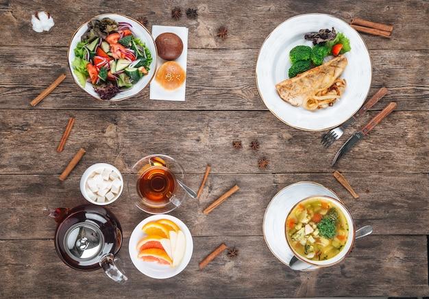 Bovenaanzicht op verschillende gerechten driegangenmenu