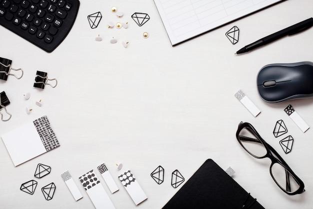 Bovenaanzicht op verschillende kantoorbenodigdheden. plat leggen met planner