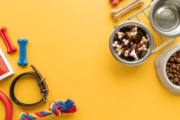 Bovenaanzicht op voedsel voor huisdieren met speelgoed