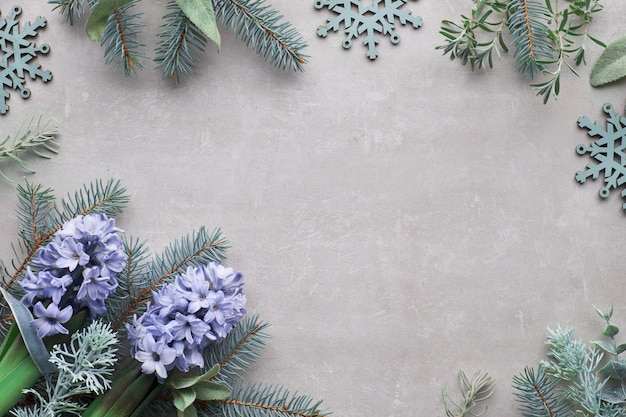 Bovenaanzicht op winter betonnen oppervlak met fir twijgen en blauwe hyacint bloemen,