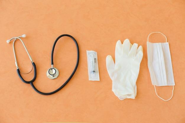 Bovenaanzicht op zwarte stethoscoop en medische handschoenen