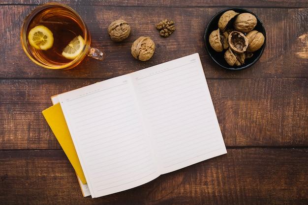 Bovenaanzicht open herfst notitieboekje