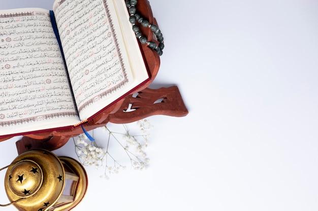 Bovenaanzicht opende koran met kopie ruimte