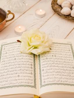 Bovenaanzicht opende koran met witte roos