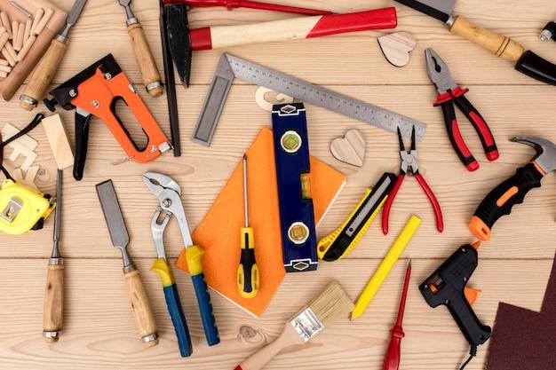 Bovenaanzicht opstelling van gereedschappen voor timmerwerk
