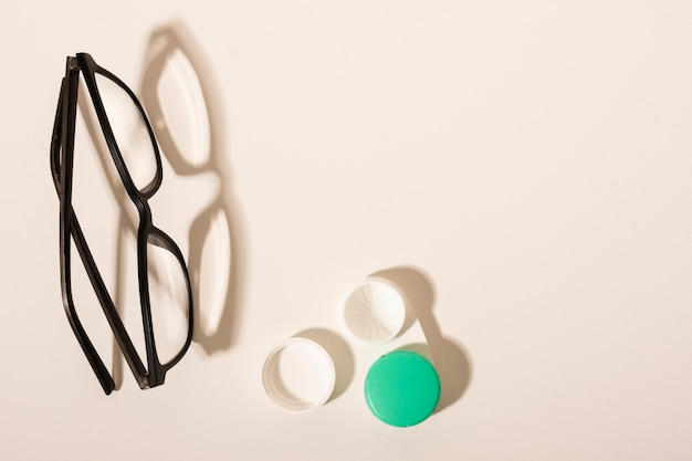 Bovenaanzicht optische bril op een tafel