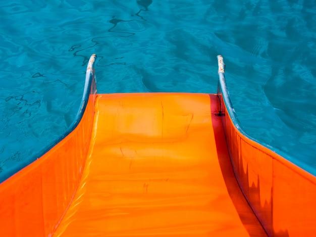 Bovenaanzicht oranje kleur een waterglijbaan tot landing