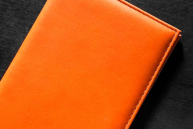 Bovenaanzicht oranje lederen portemonnee