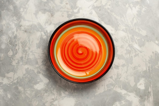 Bovenaanzicht oranje leeg op wit oppervlak
