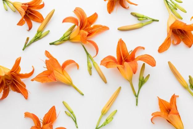 Bovenaanzicht oranje lelies arrangement