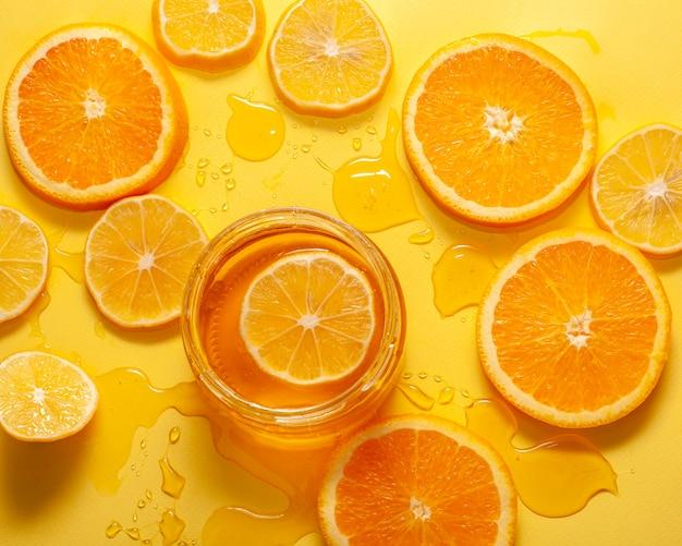 Bovenaanzicht oranje plakjes en honing op een tafel