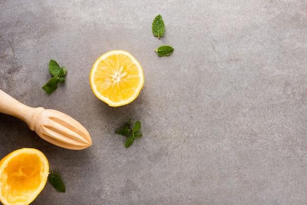 Bovenaanzicht organische citroen met kopie ruimte