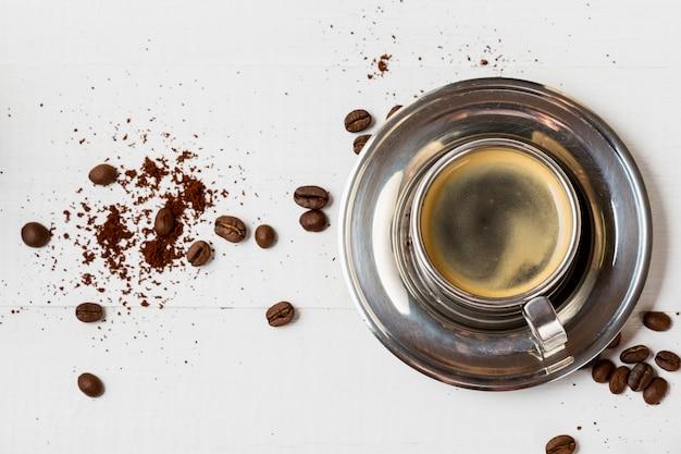 Bovenaanzicht organische koffiekopje op de tafel